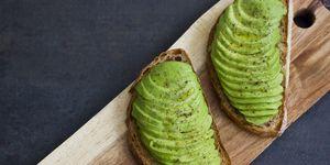 Twee broodjes met avocado