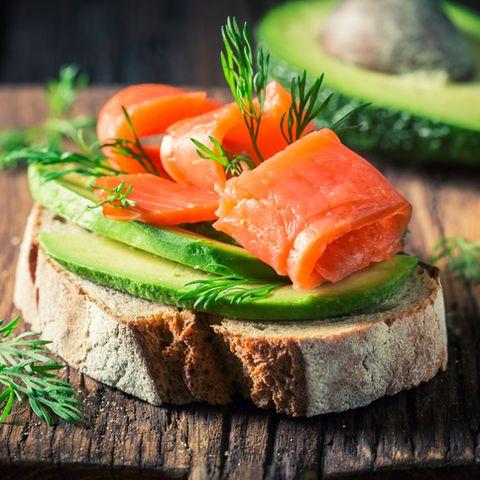 Broodje met avocado en zalm