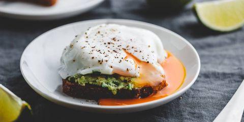Avocado toast met een gepocheerd ei