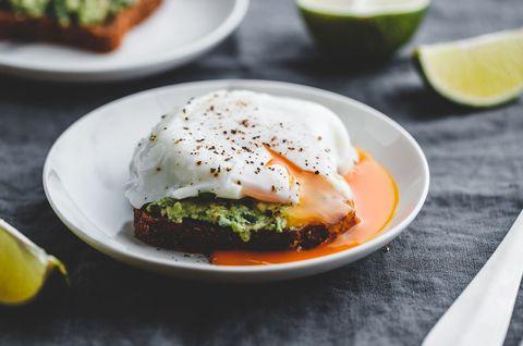 avocado toast met gepocheerd ei