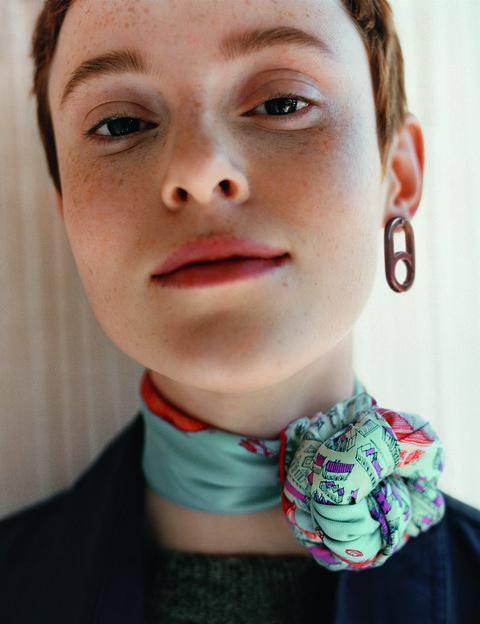 2019愛馬仕秋冬絲巾新品,將絲巾收成一綑圓頭的打法能讓整體造型看起來年輕俏皮。
