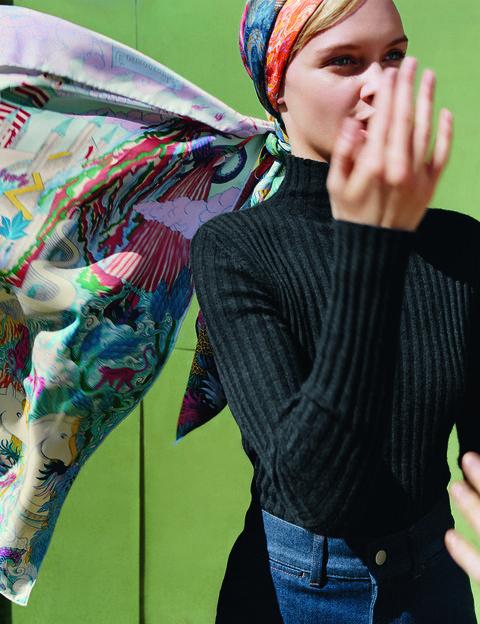 2019愛馬仕秋冬絲巾新品,受到許多法國女人喜愛的復古頭巾打法,優雅從容。