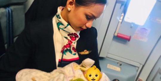 Una azafata da el pecho a un bebé en un vuelo porque su madre no podía prepararle un biberón