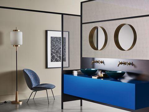 baño de diseño con mueble de lavabo en color azul intenso