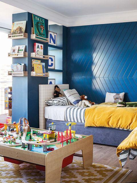dormitorio infantil decorado en azul klein