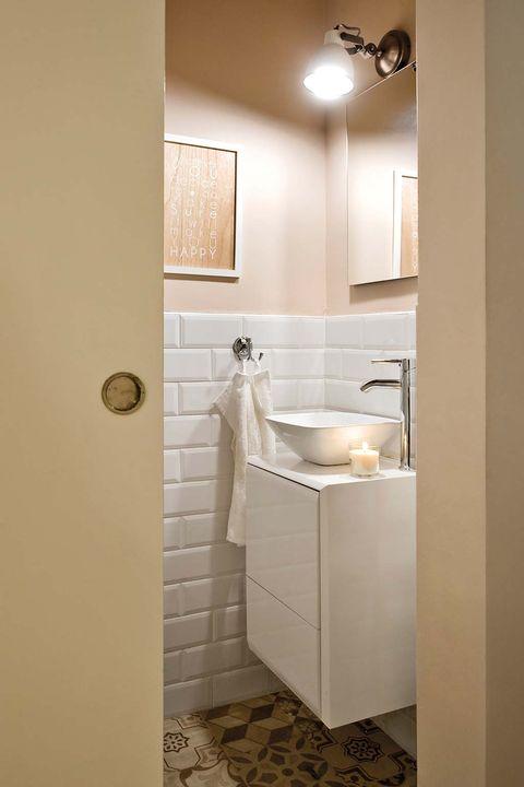 Cuarto de baño pequeño con puerta corredera