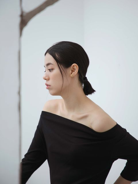 Hair, Shoulder, Black, White, Skin, Neck, Beauty, Joint, Hairstyle, Chin,