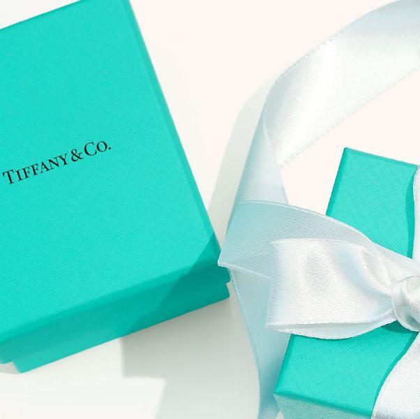 藍色的盒子和白色緞帶