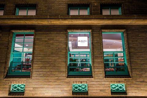 咖啡色的磁磚和綠色的窗戶
