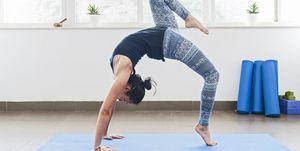 vrouw doet een backbend op een yogamat
