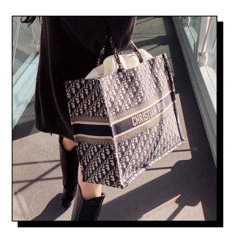 Bag, Black-and-white, Shoulder, Beauty, Handbag, Fashion, Tote bag, Joint, Street fashion, Design,