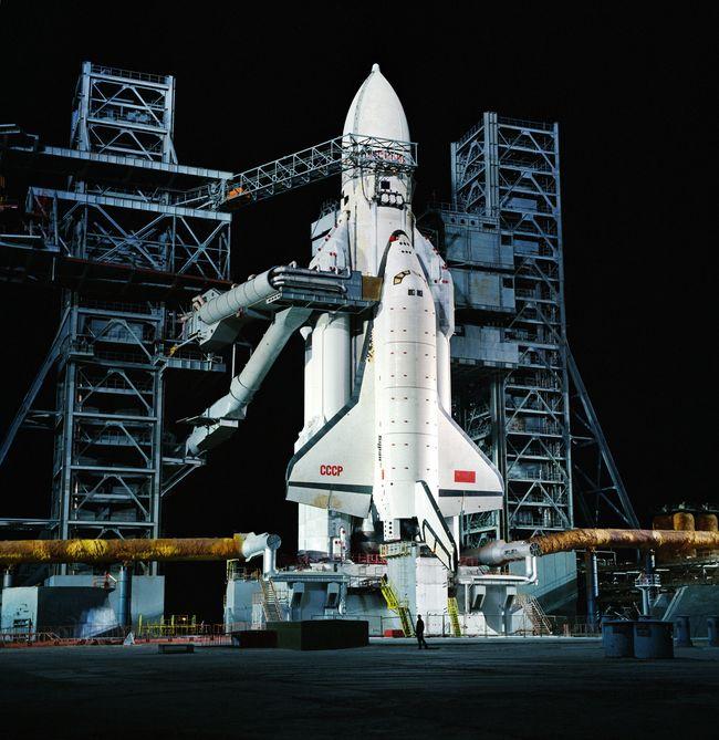 O veículo de lançamento Energia com a espaçonave Buran na plataforma de lançamento, 22 de outubro de 1988.