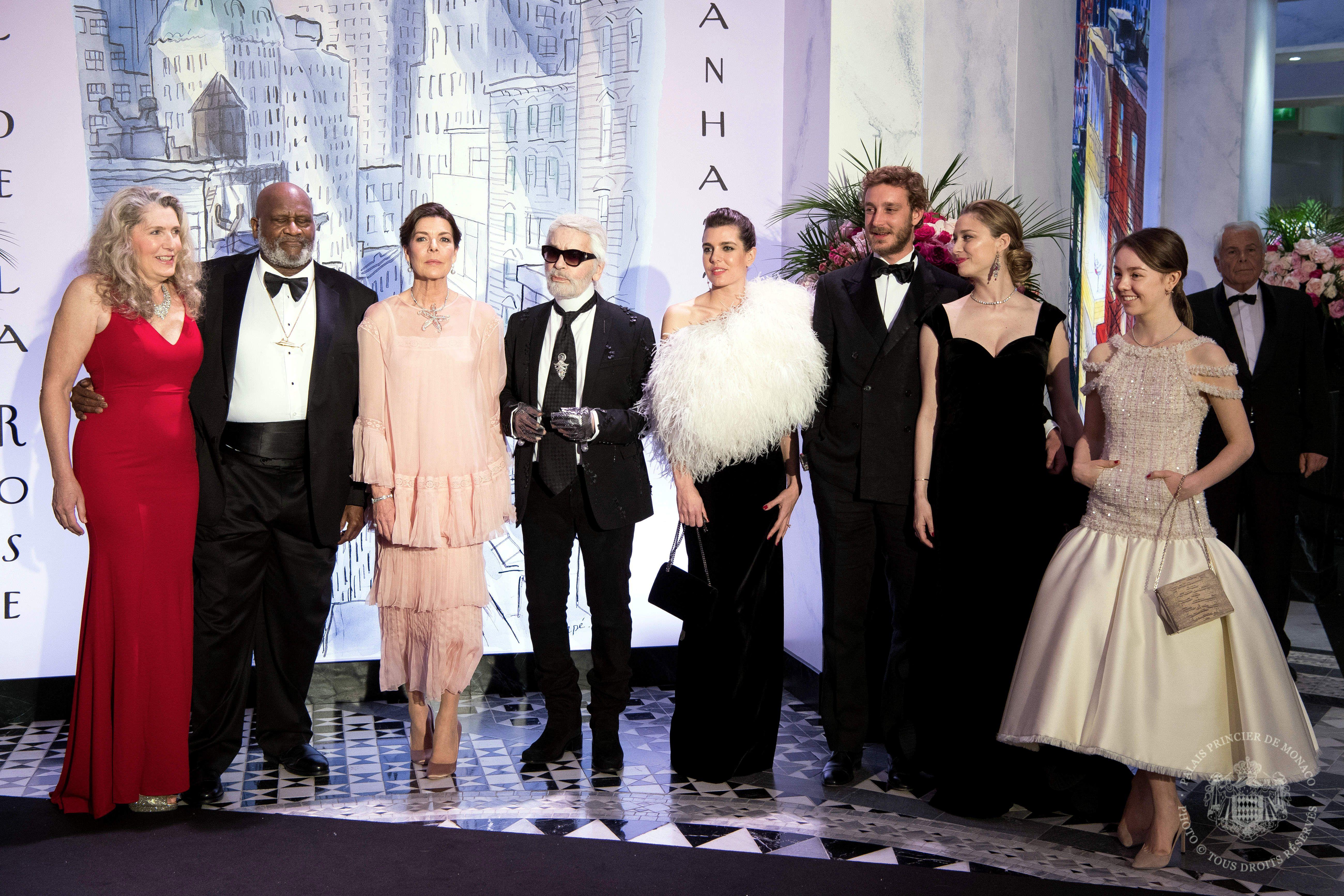 La familia real de Mónaco ha celebrado la 64 edición del Baile de la Rosa, decorada por Karl Lagerfeld, donde Carlota Casiraghi ha hecho oficial su compromiso y Beatrice Borromeo ha anunciado su segundo embarazo.