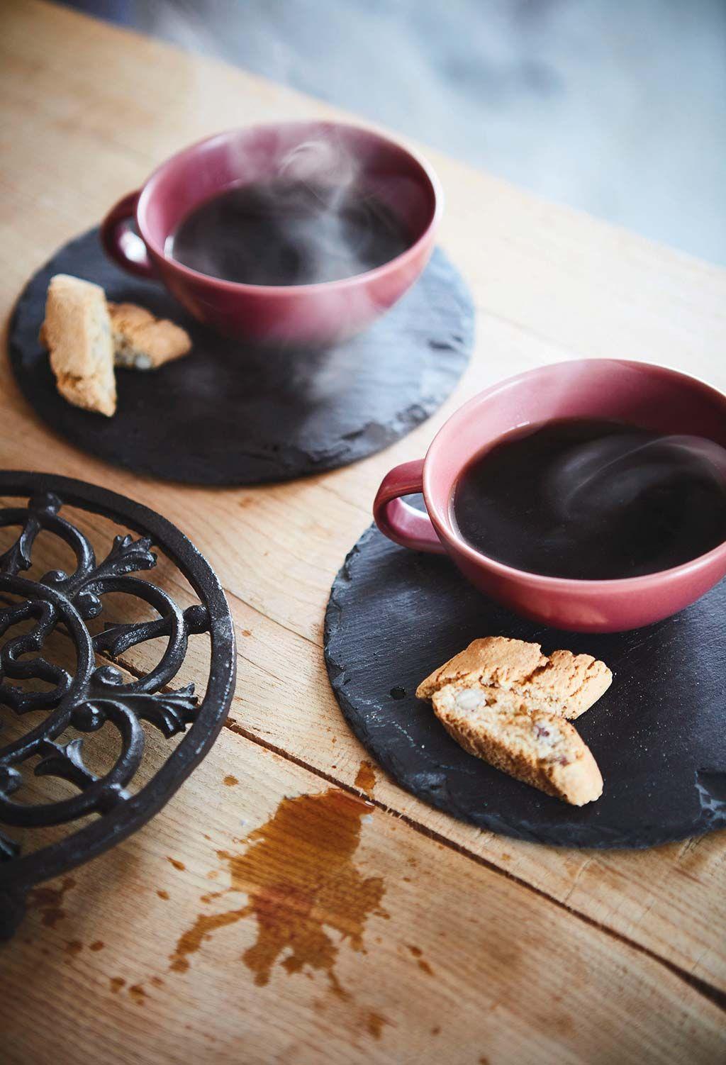 Tazas de café con plato de pizarra