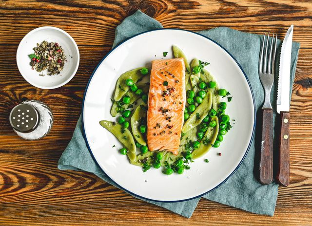 baked salmon with spinach pasta and green peas