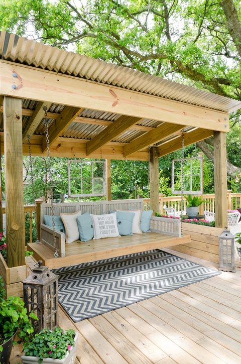 Balancín de madera en un porche