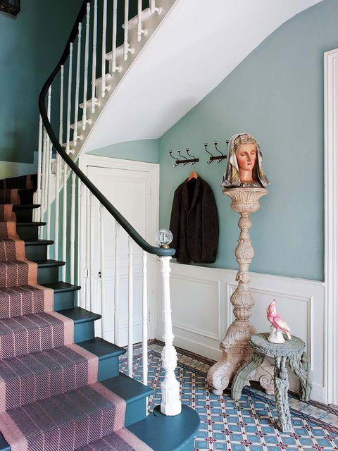 suelo de baldosa hidráulica y escalera vintage con escalones azules