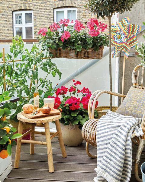 terraza decorada con butaca de caña