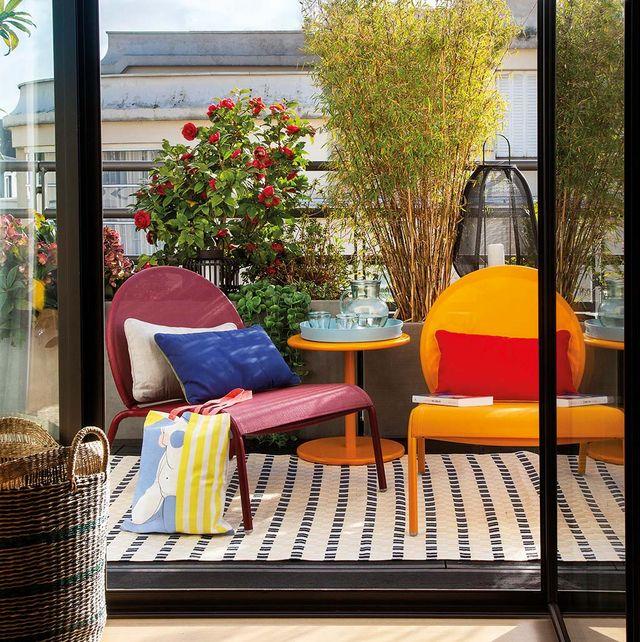 balcón con butacones de colores