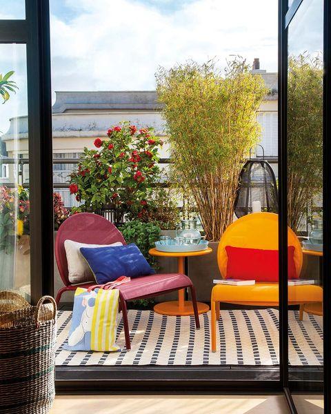 balcón con muebles de colores y motivos vivos