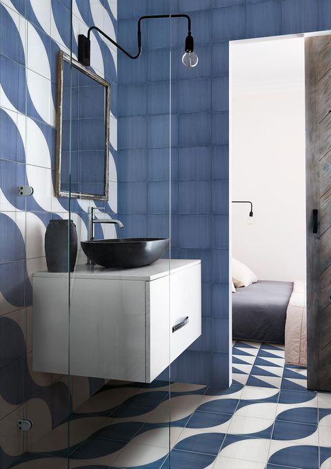 baño decorado con azulejos azules de estilo mediterráneo