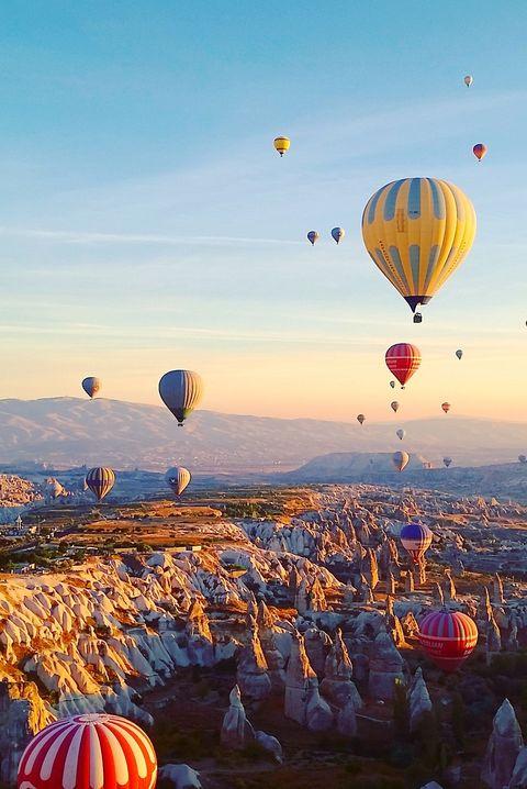 Фестиваль воздушных шаров в Каппадокии во время восхода солнца