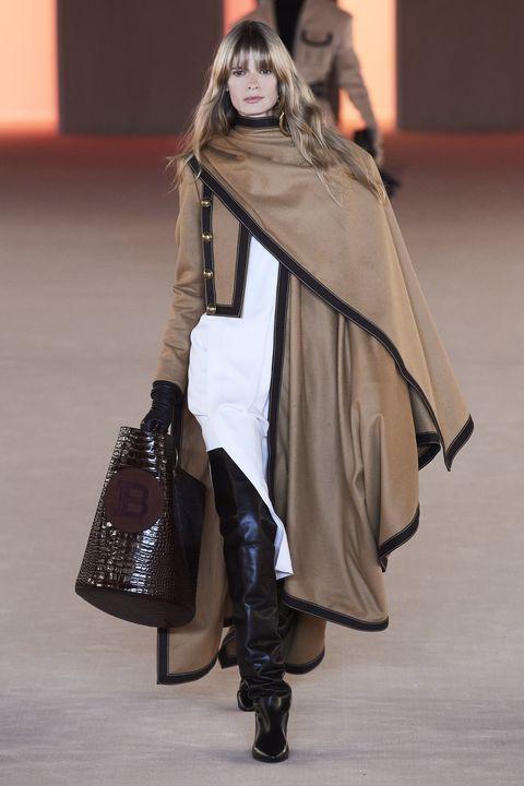 Fashion model, Fashion, Clothing, Fashion show, Outerwear, Shoulder, Joint, Runway, Fashion design, Footwear,