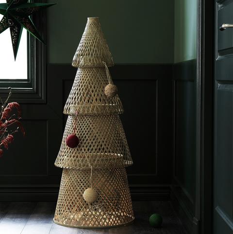 5 stijlvolle alternatieven voor een echte kerstboom, kerstboom, alternatief, neppe kerstboom, houten kerstboom, geen plek, weinig ruimte, kerstversiering, kerstsfeer, interieur, aankleding kerst, kerstballen, kerstslingers, kerst, feestdagen