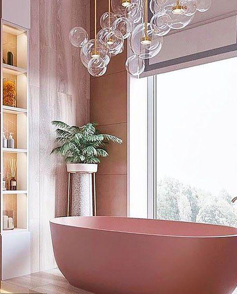 baño completo en rosa con bañera exenta y lámparas globo