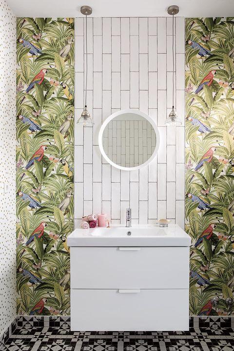 baños modernos zona de lavabo con papel pintado selva