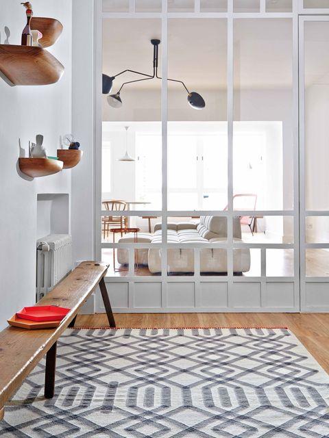 recibidor moderno con un banco de madera y mucha luz natural