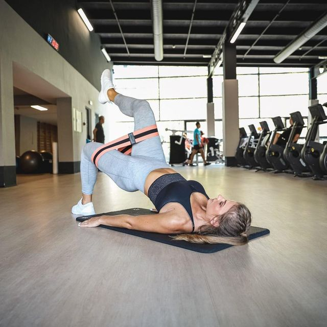 mujer haciendo ejercicio con la banda elástica de decathlon