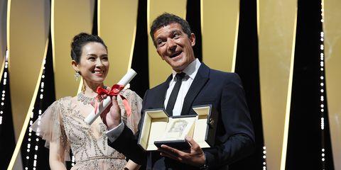 antonio banderas recoge el premio a mejor actor en el festival de cannes 2019