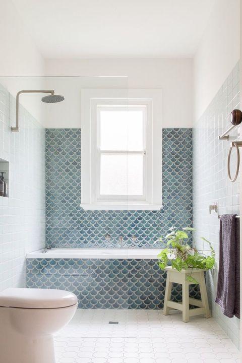 Bañera decorada con azulejos de escamas en color azul