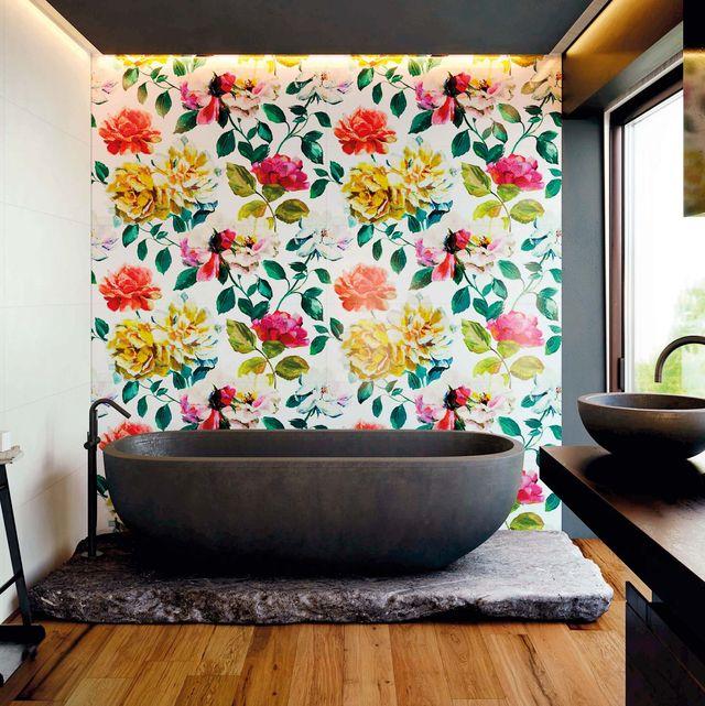bañera exenta y pared con papel pintado floral