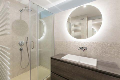 cuarto de baño moderno en tonos claros