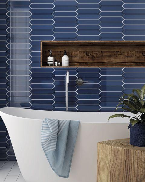 baño moderno azul con azulejos arrow, de la firma equipe