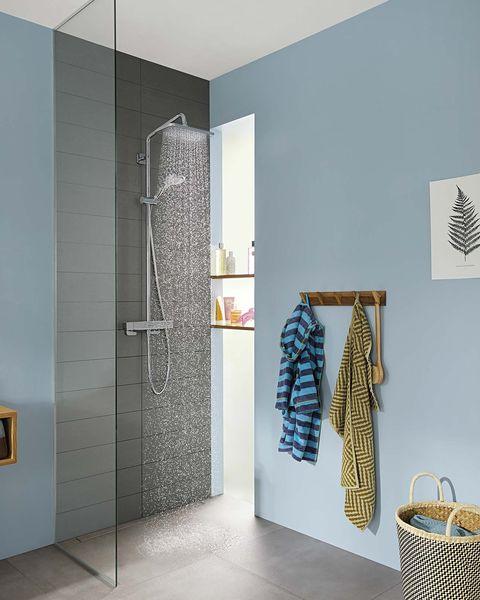 baño moderno azul con ducha y mampara de cristal