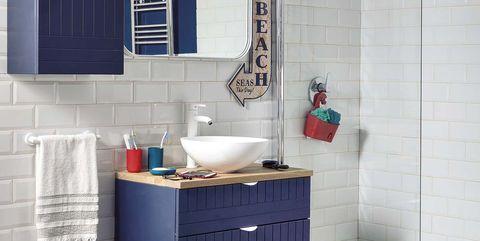 cuarto de baño en azul y blanco