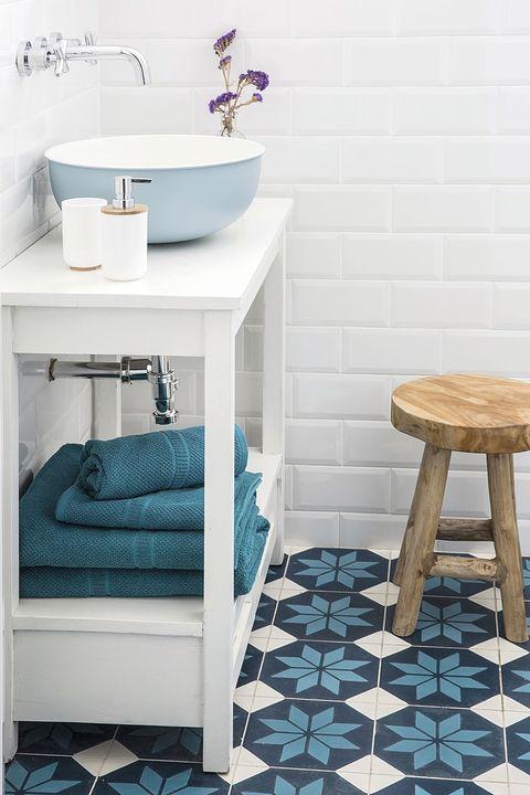 baño en blanco y azul con suelo hidráulico