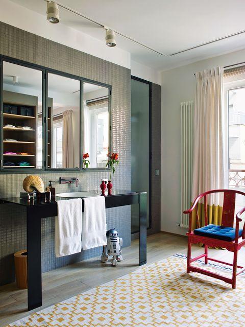 Pon una alfombra (no una alfombrilla) en tu cuarto de baño