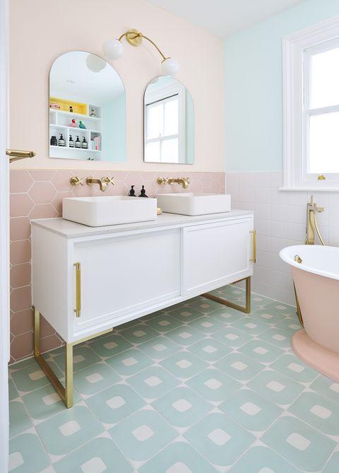 baño con bañera de estilo vintage decorado en colores pasteles