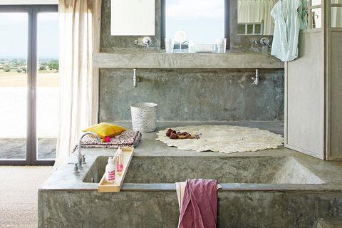 baño elevado en altura revestido de cemento