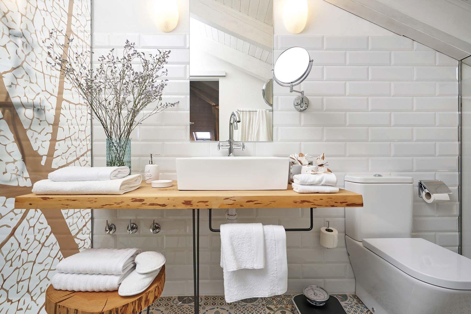 Baño con encimera de madera natural