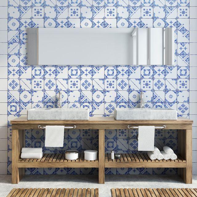Baño con espejo alargado