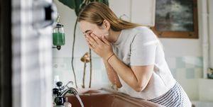 Mujer millennial en el baño