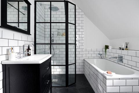 baño minimalista decorado en blanco y negro