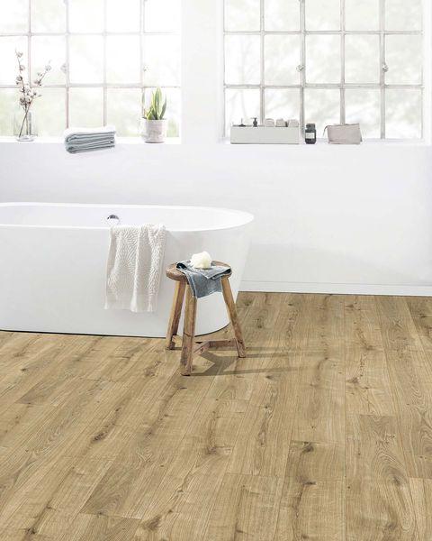 baño con bañera exenta y suelo de madera