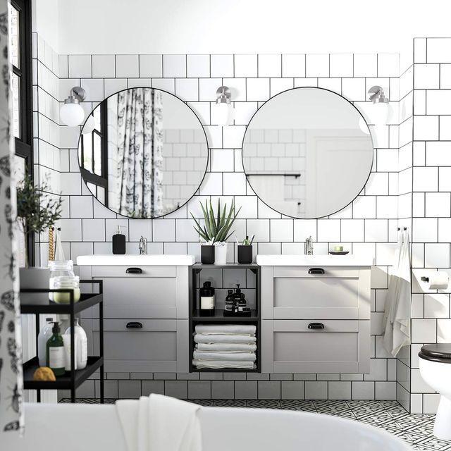 baño moderno en blanco y negro con 2 lavabos
