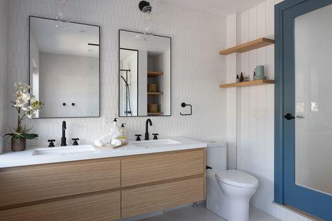 baño moderno con dos lavabos y mueble suspendido de madera
